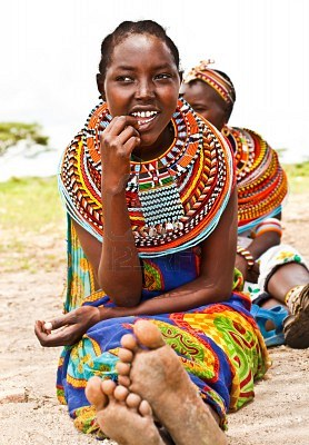 12590532-africa-kenya-samburu-8-novembre-ritratto-di-donna-samburu-indossa-tradizionali-accessori-fatti-a-man