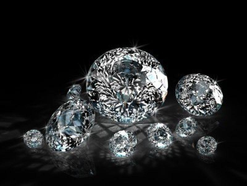 8548216-gruppo-di-diamanti-isolato-su-sfondo-nero