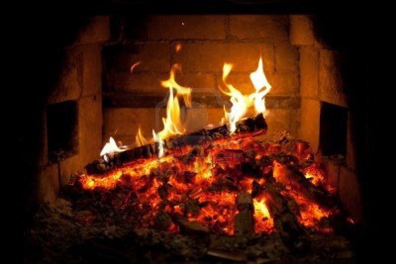 8119636-brucia-il-fuoco-nel-camino