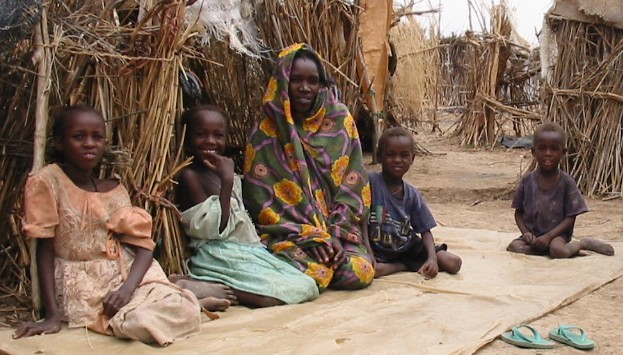 Darfur_IDPs_children_sitting