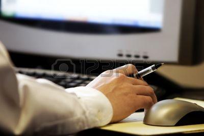 336260-mano-azienda-penna-di-fronte-schermo-del-computer-con-mouse-e-tastiera--rappresenta-il-lavoro-svolto