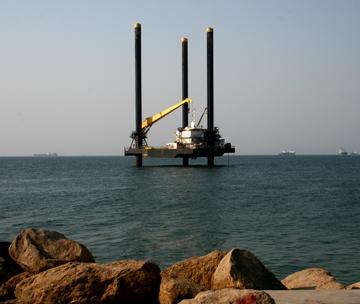 La_-_una_piattaforma_off-shore_per_l_estrazione_del_petrolio_muove_verso_la_destinazine_in_mare_aperto_ilha_de_luanda__-_2010_-_paulo_cesar_santos_large